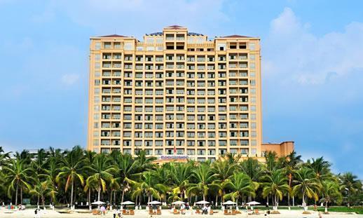 饱览三亚湾那无可比拟的海天一色,从酒店大堂可以直接步入三亚湾海滩