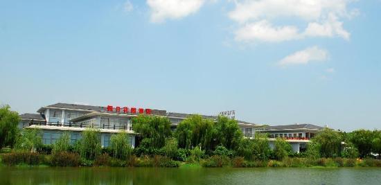 假日花园酒店是天目湖旅游公司下属的一家酒店,地理位置优越,停车方便