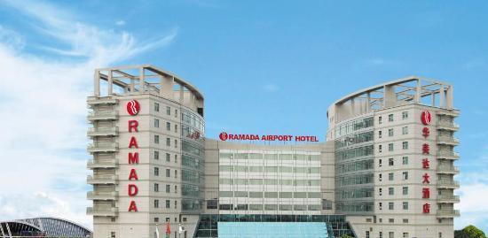 蝉联2008年度及2009年度两届中国华美达最佳酒店奖的上海浦东机场华美达大酒店是浦东国际机场区域内唯一一家国际品牌连锁酒店。酒店座落于浦东国际机场工作区,并有酒店免费班车往返于候机楼及酒店。免费班车位于1号候机楼国际到达9号门对面,2号候机楼(新)国际到达23号门,五分钟即可抵达酒店。   磁浮列车及地铁2号线近在咫尺,乘坐高速磁浮列车八分钟内可抵达市区金融贸易区;地铁2号线横贯上海,带您前往龙阳路新国际博览中心、陆家嘴金融贸易区、人民广场、南京西路、静安寺、中山公园以及虹桥开发区,并连接虹桥机场和高